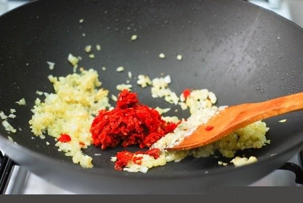 Cách làm nước sốt từ tỏi ăn cùng hải sản, món nào cũng thơm cũng ngon